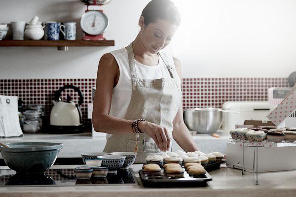 Akıllı Home Connect fırınının yardımıyla bir kadın yemek pişirirken çok daha rahatlar