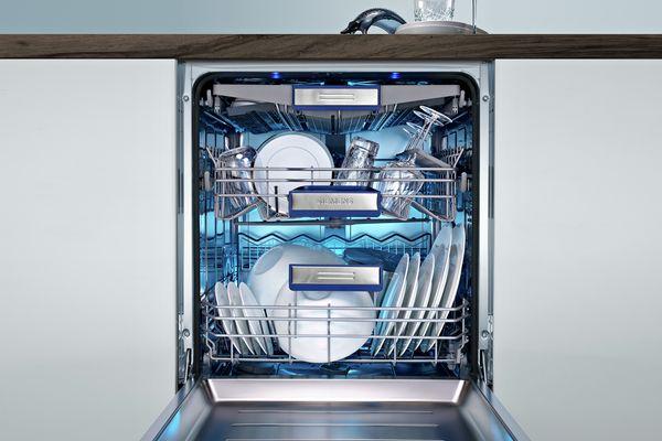 Home Connect işlevine sahip açık bir bulaşık makinesi.