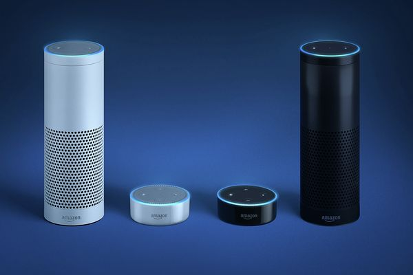 Ilustrace produktů Amazon Echo a Echo Dot, oba v černé a bílé barvě